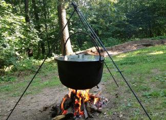 Kociołek żeliwny uświetni każde spotkanie przy grillu. Podejmij wyzwanie i zaskocz znajomych, gotując w warunkach polowych!